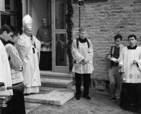 poòwi©cenie Domu Samotnej Matki i nadanie imienia Jana Pawàa II przez òp. ksi©dza biskupa Tadeusza Gocàowskiego